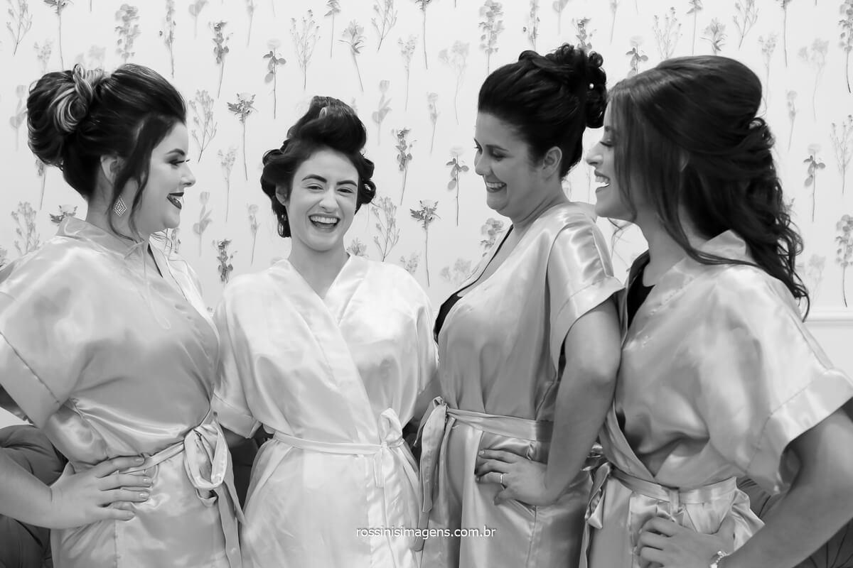 noiva com as madrinhas de robes personalizados e sorrindo feliz da vida, fotografo de casamento @RossinisImagens