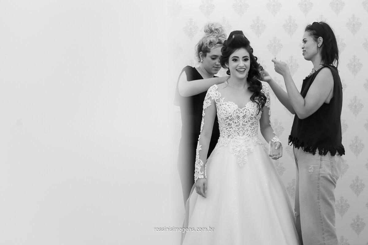 meninas do ateliê bianca de lira colocando o lindo vestido na noiva Larissa para o grande dia, fotografo de casamento @RossinisImagens