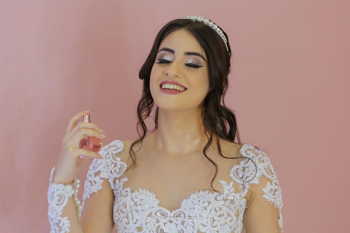 noiva Larissa passando o perfume escolhido a dedo para usar no dia do casamento, fotografo de casamento @RossinisImagens