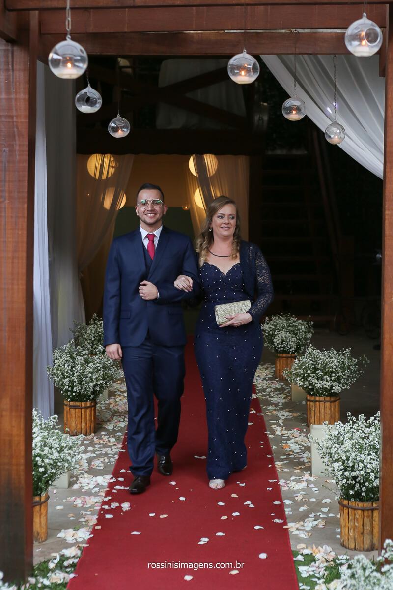 entrada do noivo filipe com a sua mãe no tapete vermelho, fotografo de casamento @RossinisImagens