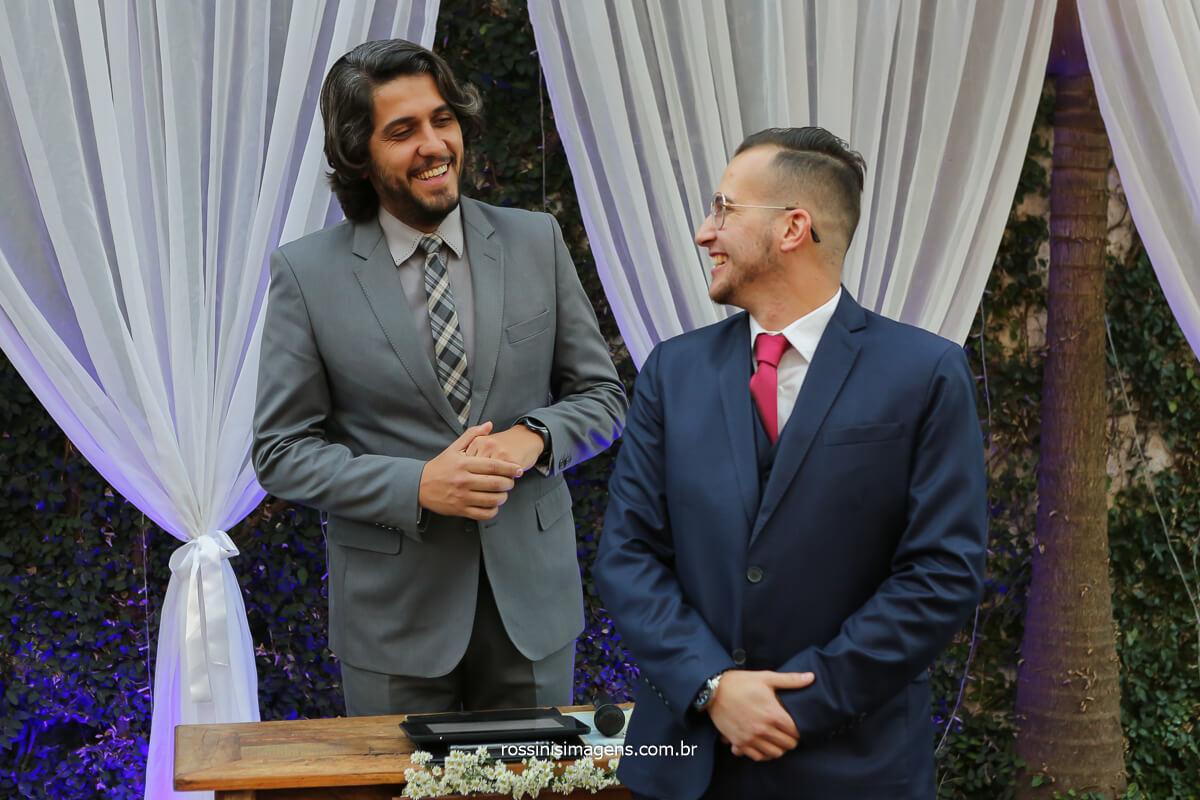 noivo filipe olhando e sorrindo junto com o celebrante Luciano Toledo, fotografo de casamento @RossinisImagens