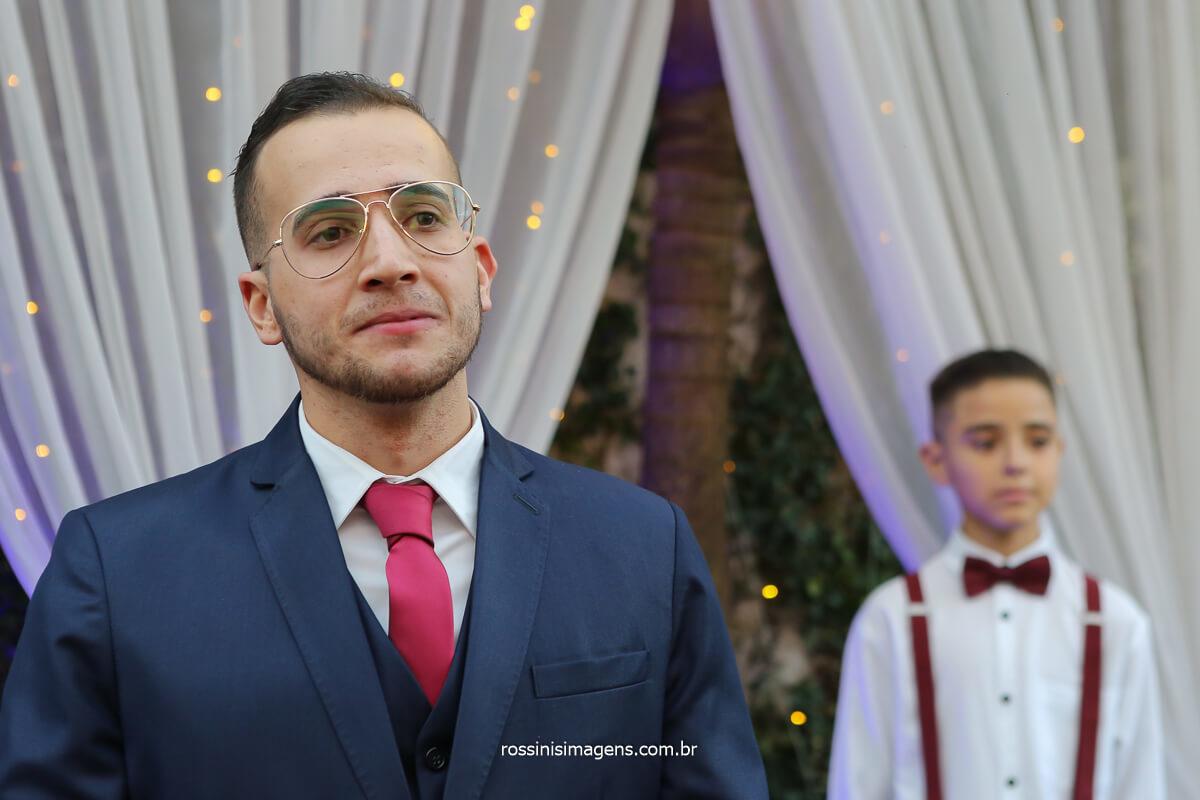 noivo Filipe no altar emocionado com a entrada da noiva Larissa, fotografo de casamento @RossinisImagens