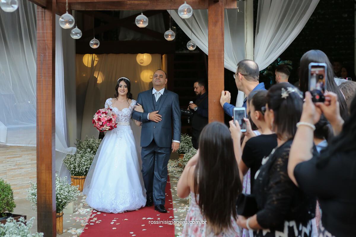 entrada da noiva no seu pai no tapete vermelho, entrada linda, fotografo de casamento @RossinisImagens