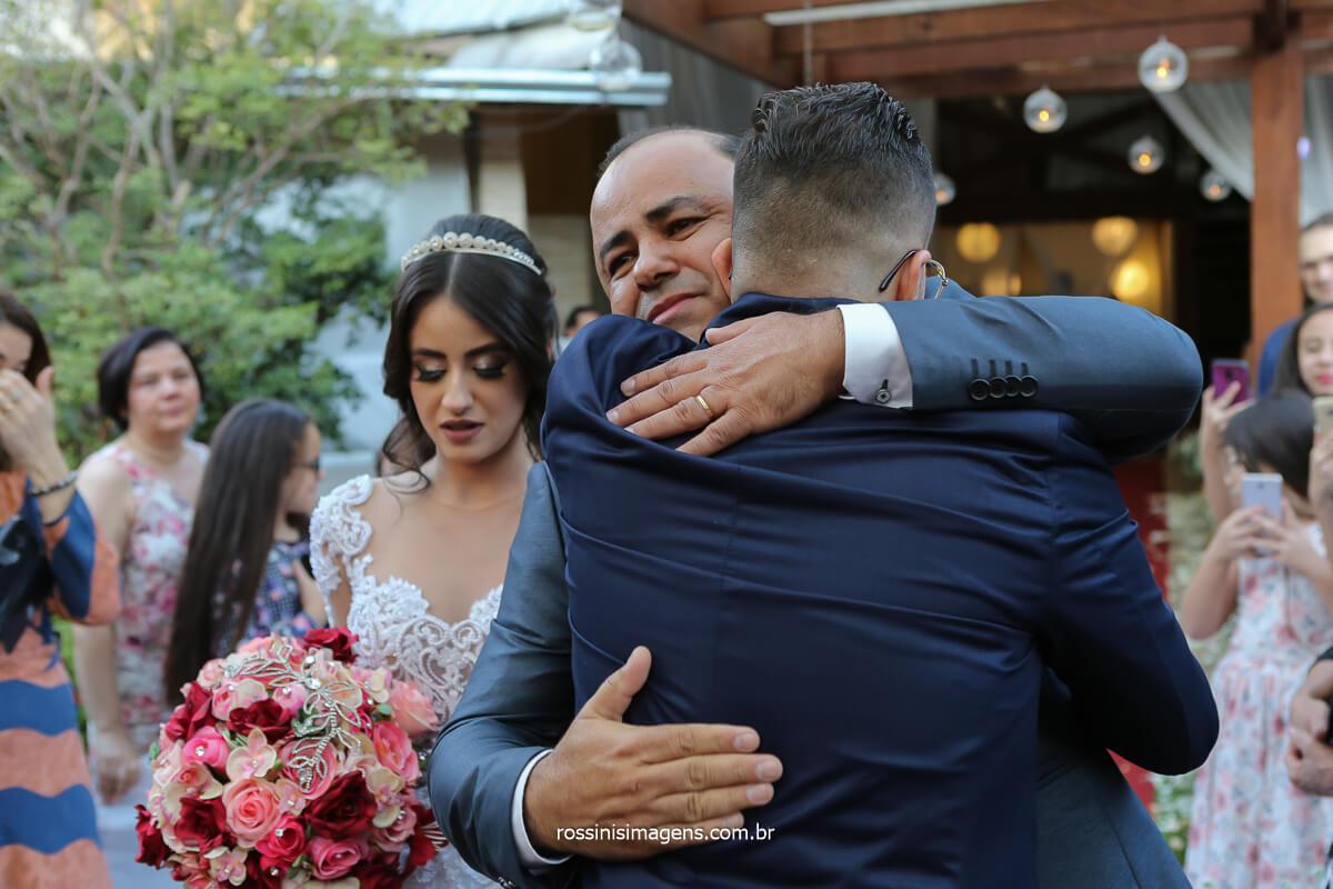 momento que o noivo cumprimenta o pai da noiva no altar recebendo a noiva, fotografo de casamento @RossinisImagens