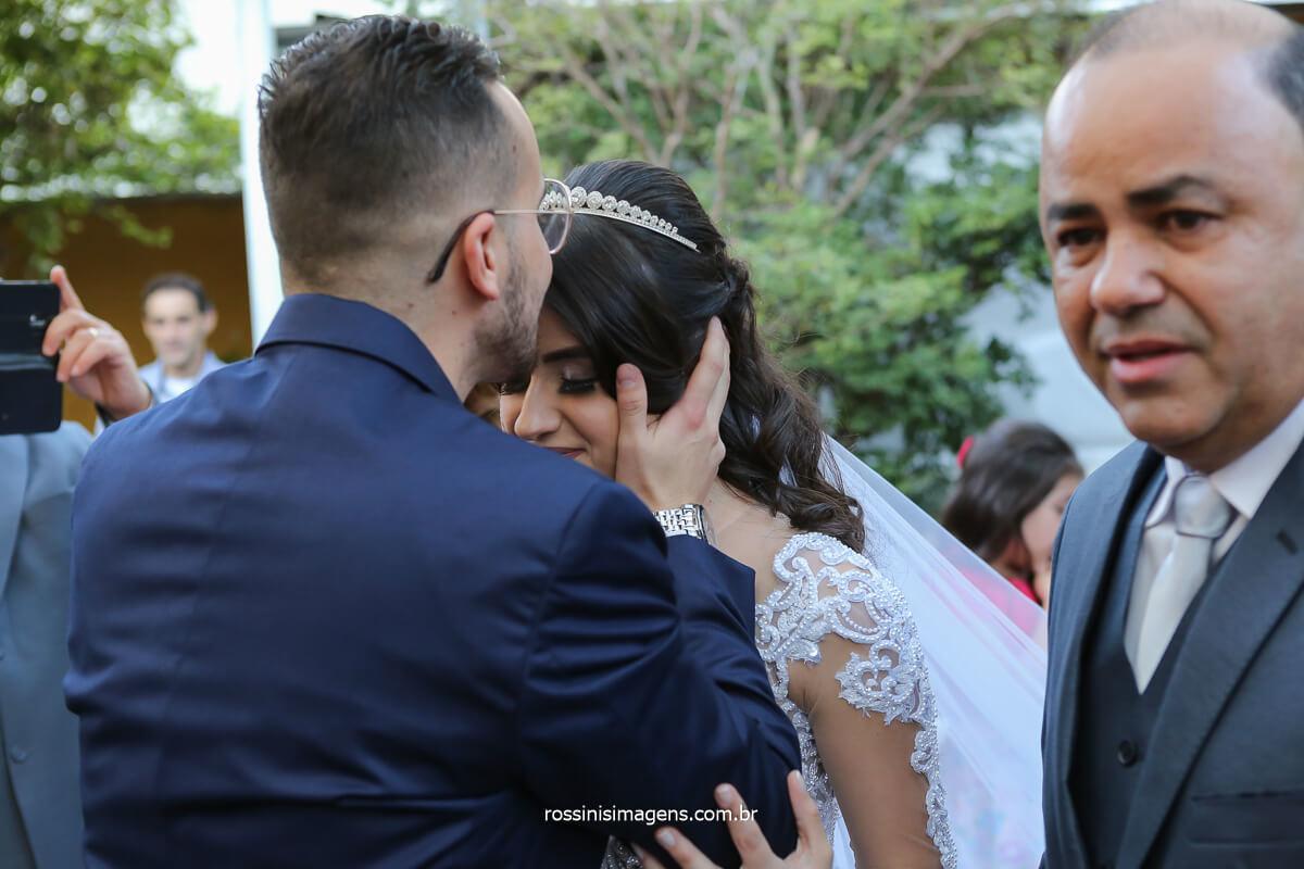 noivo recebe a noiva no altar com um lindo beijo na testa momento singular recepção do noivo, fotografo de casamento @RossinisImagens
