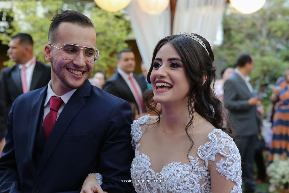 noivo olha para noiva e da uma risada durante o cerimonial, fotografo de casamento @RossinisImagens