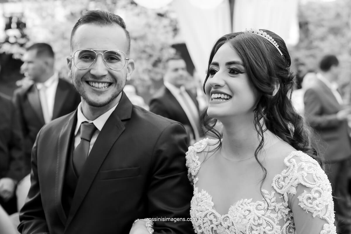 noivo e noiva sorrindo na cerimonia conduzida pelo Luciano Toledo cerimonialista de casamento, fotografo de casamento @RossinisImagens