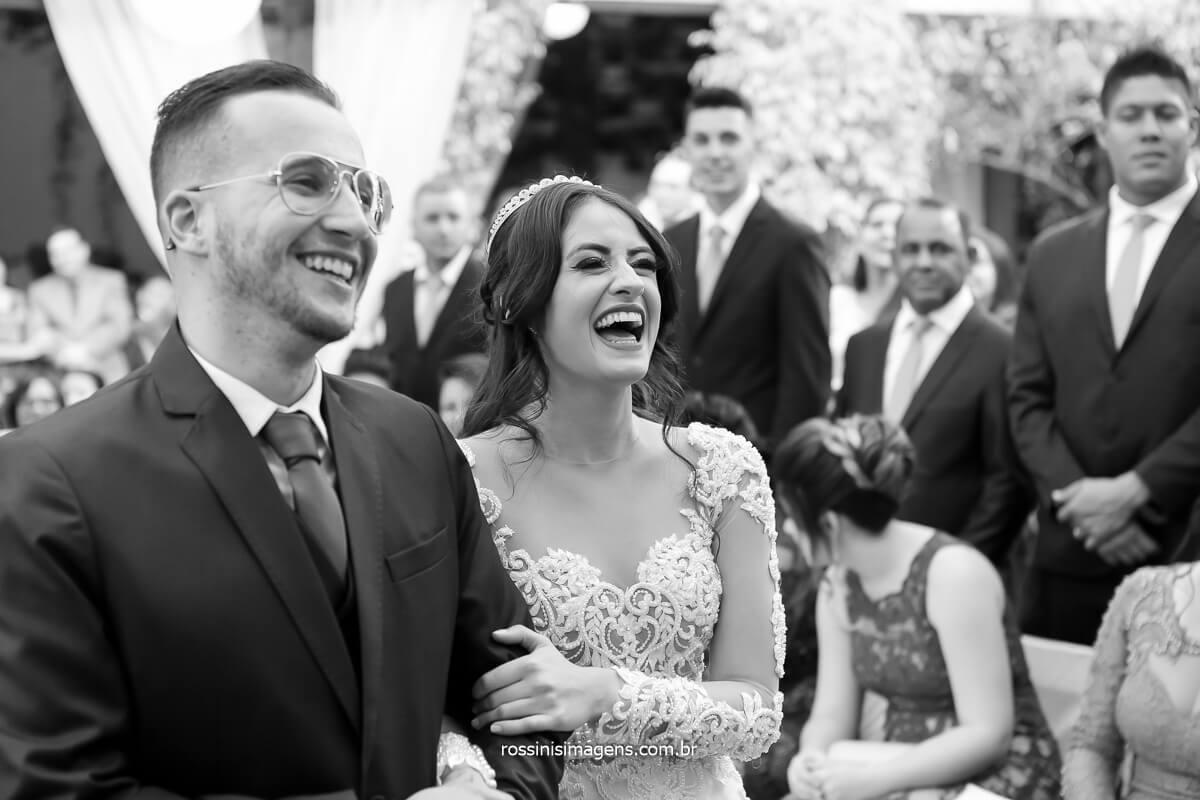 casal de noivos sorrindo depois do sim do noivo que falou com uma convicção surpreendendo a todos, fotografo de casamento @RossinisImagens