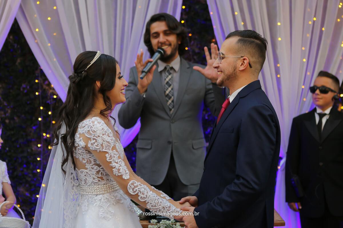celebrante Luciano Toledo ministrando o cerimonial de casamento de Larissa e Filipe no Espaço Fagundes, fotografo de casamento @RossinisImagens