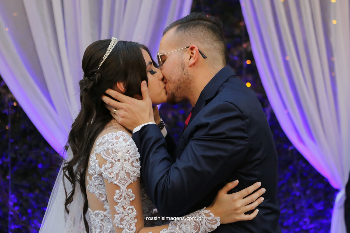 apos todos os ritos do cerimonial do Luciano toledo e dos irmãos do ministério da CCB o primeiro beijo de casados dos noivos Larissa e Filipe, fotografo de casamento @RossinisImagens
