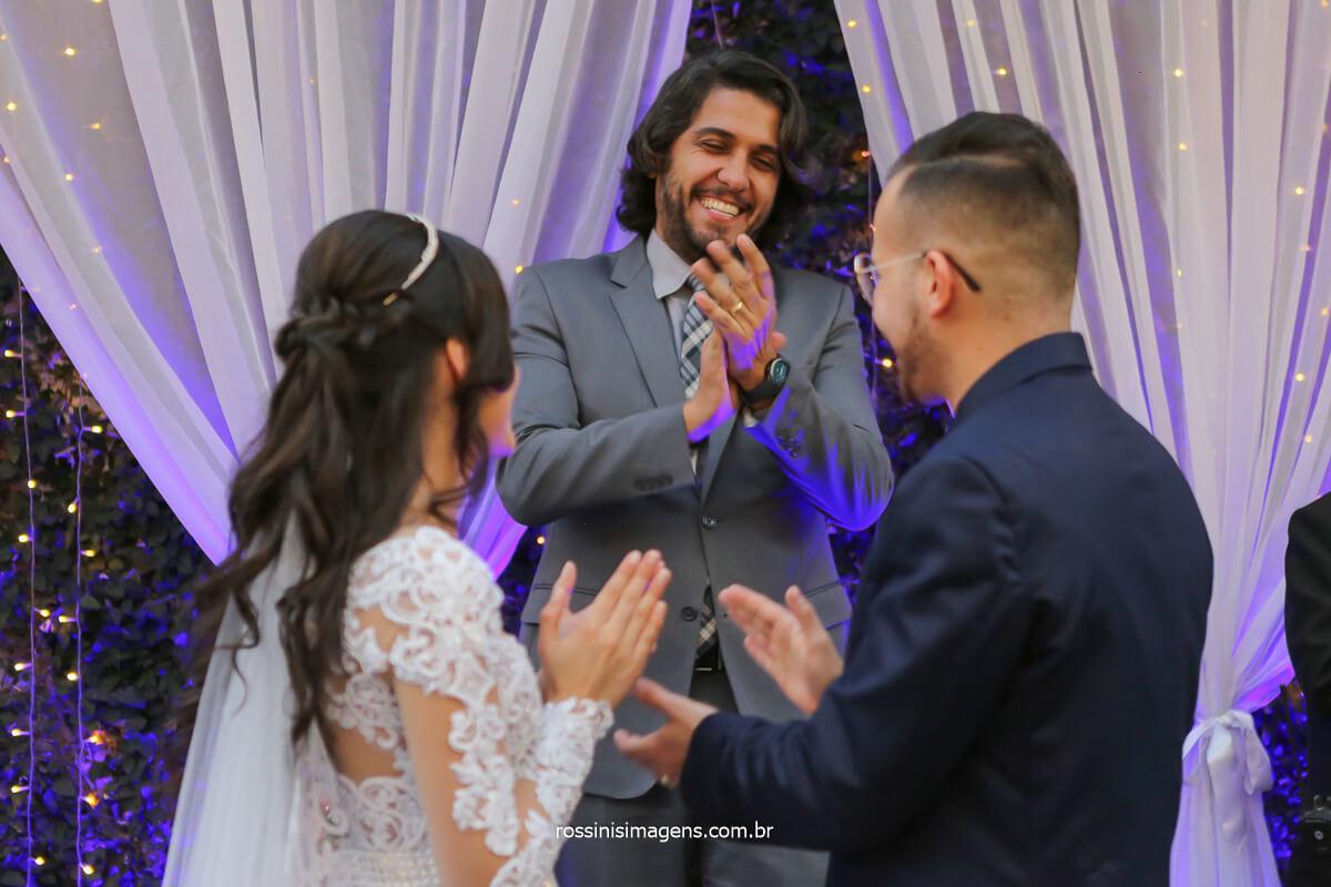 uma linda homenagem a todos os presentes e ao recém casado convidados batendo palma para os noivos, fotografo de casamento @RossinisImagens