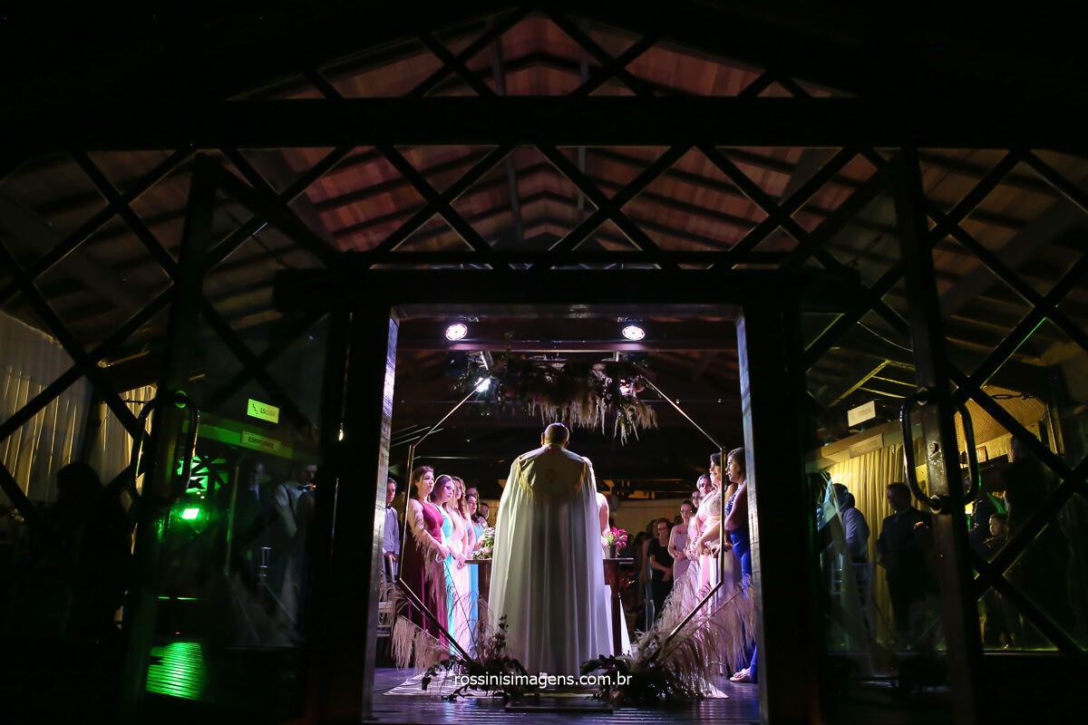 visão panorâmica da cerimonia de casamento na casa da arvore em mogi das cruzes com o padre dimas, @RossinisImagens