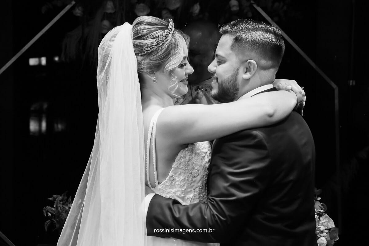 primeiro beijo de casados de Tayna e Bruno, casamento no espaço da casa da arvore em mogi, @RossinisImagens