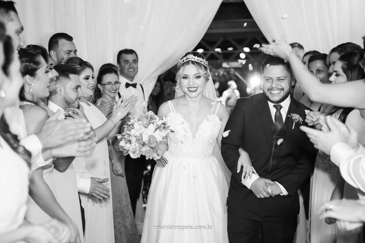 movimento da saída dos noivos com pétalas, casa da arvore rossinis imagens fotografo de casamento, @RossinisImagens