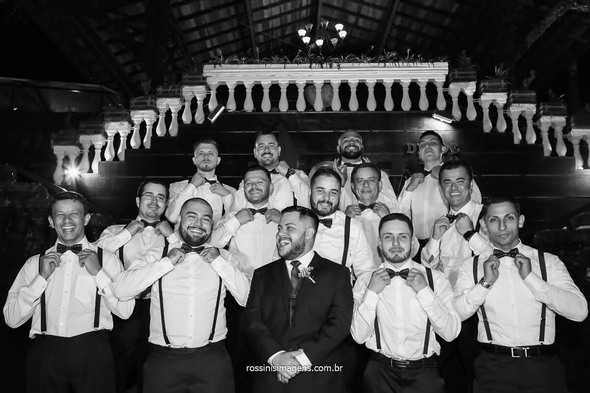 padrinhos de casamento com camisa branca e suspensório e gravata borboleta, foto coletiva com o noivo, @RossinisImagens