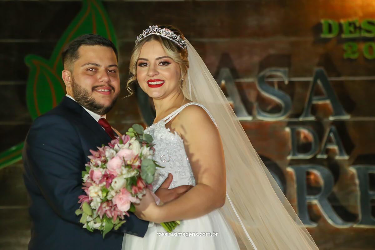 noivo de terno azul e gravata marsala e noiva linda de vestido branco primeiro aluguel estilista Silvia Daniele Atelier em frente ao espaço do casamento na casa da arvore em mogi das cruzes, @RossinisImagens