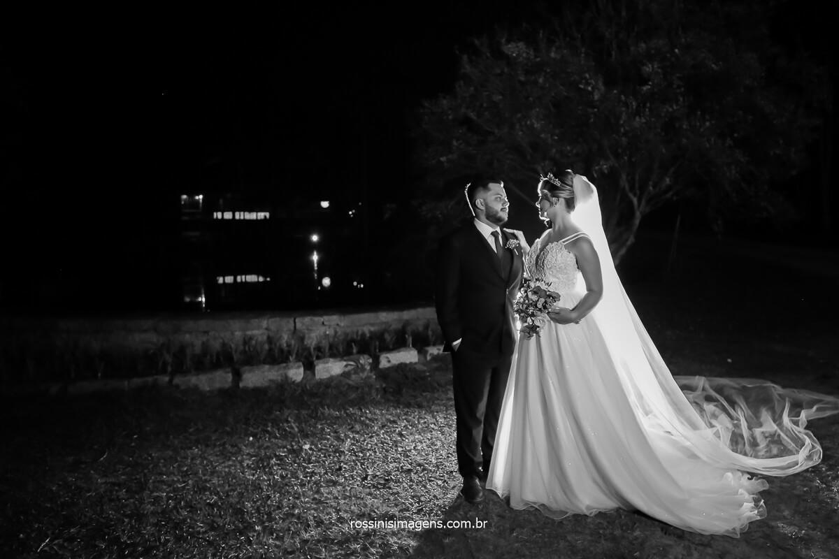 fotografia panorâmica do casal um de frente ao outro na sessão de fotos apos a cerimonia do casamento, @RossinisImagens