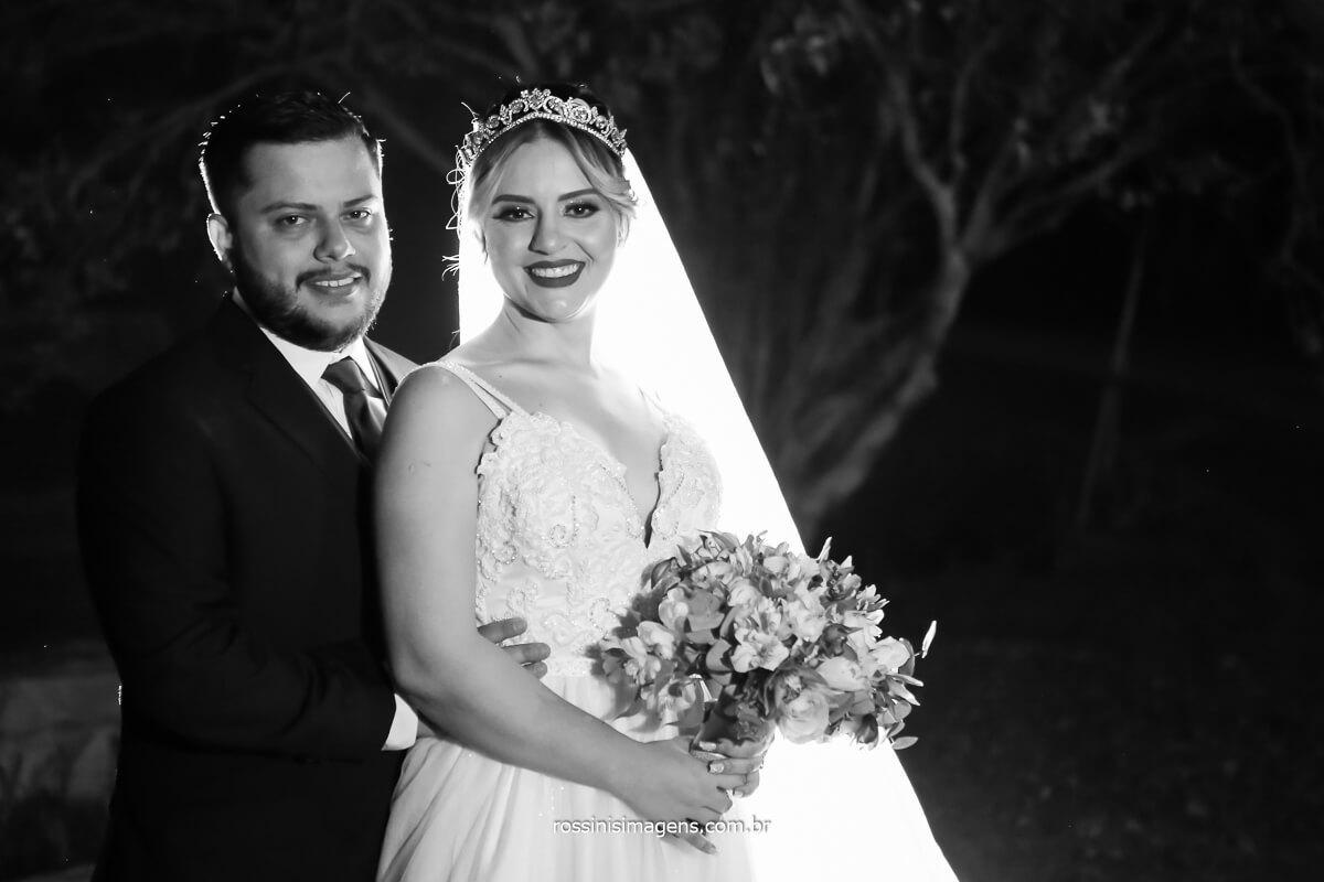 fotografia preto e branco da sessão de fotos dos noivos Bruno e Tayna com o buquê apos a cerimonia, @RossinisImagens