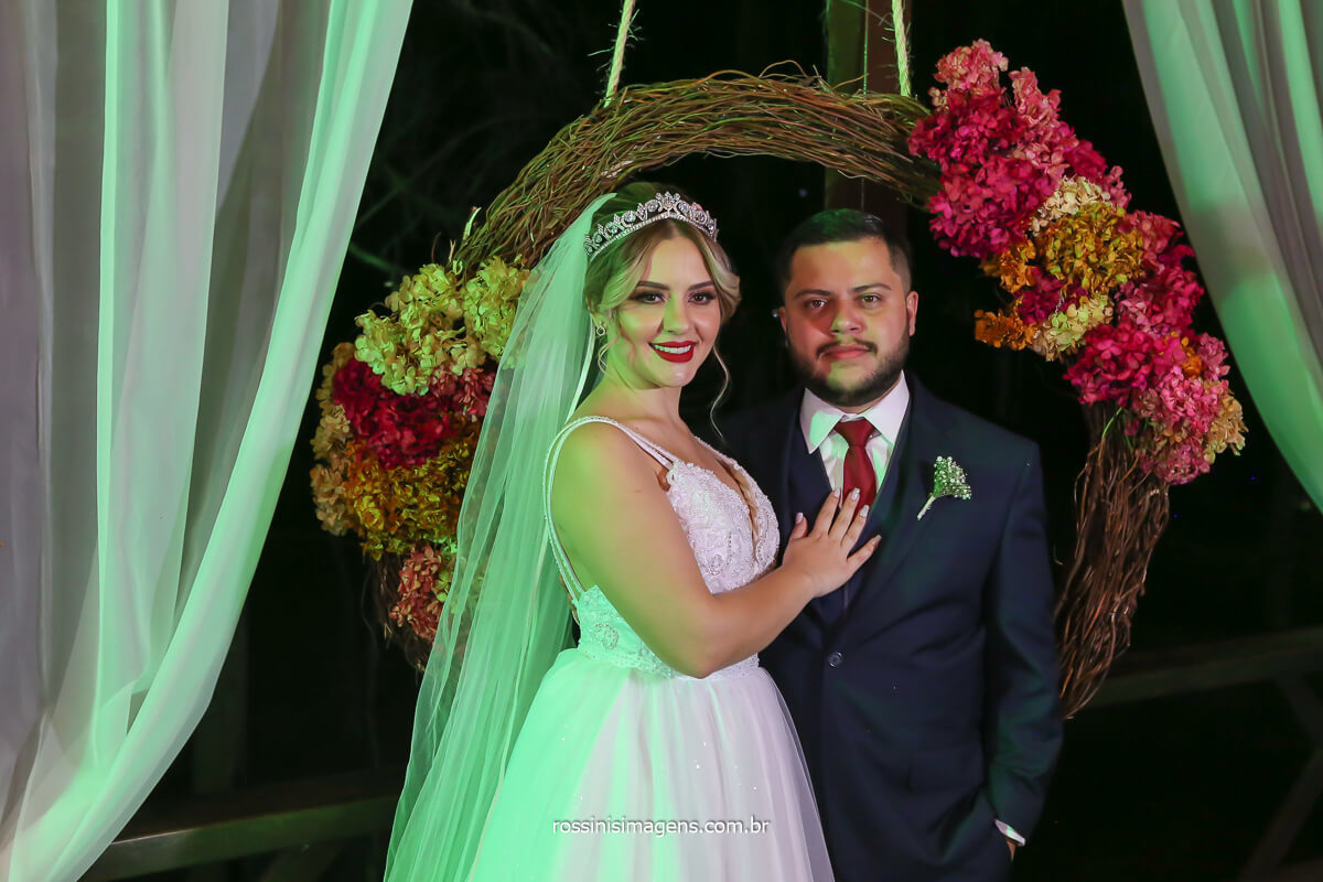 noivos curtindo a linda decoração feita pela flor de lótus decorações, incrível mobiliário e decor para casamentos em mogi das cruzes, @RossinisImagens
