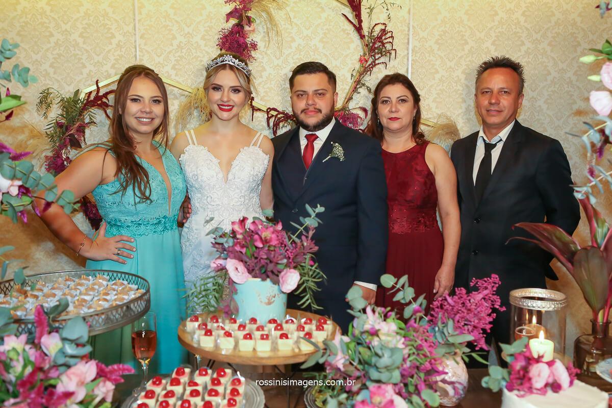 fotografia na mesa do bolo com família do noivo, irmã, noiva, noivo, mãe e pai, casamento em mogi das cruzes com a família unida, @RossinisImagens