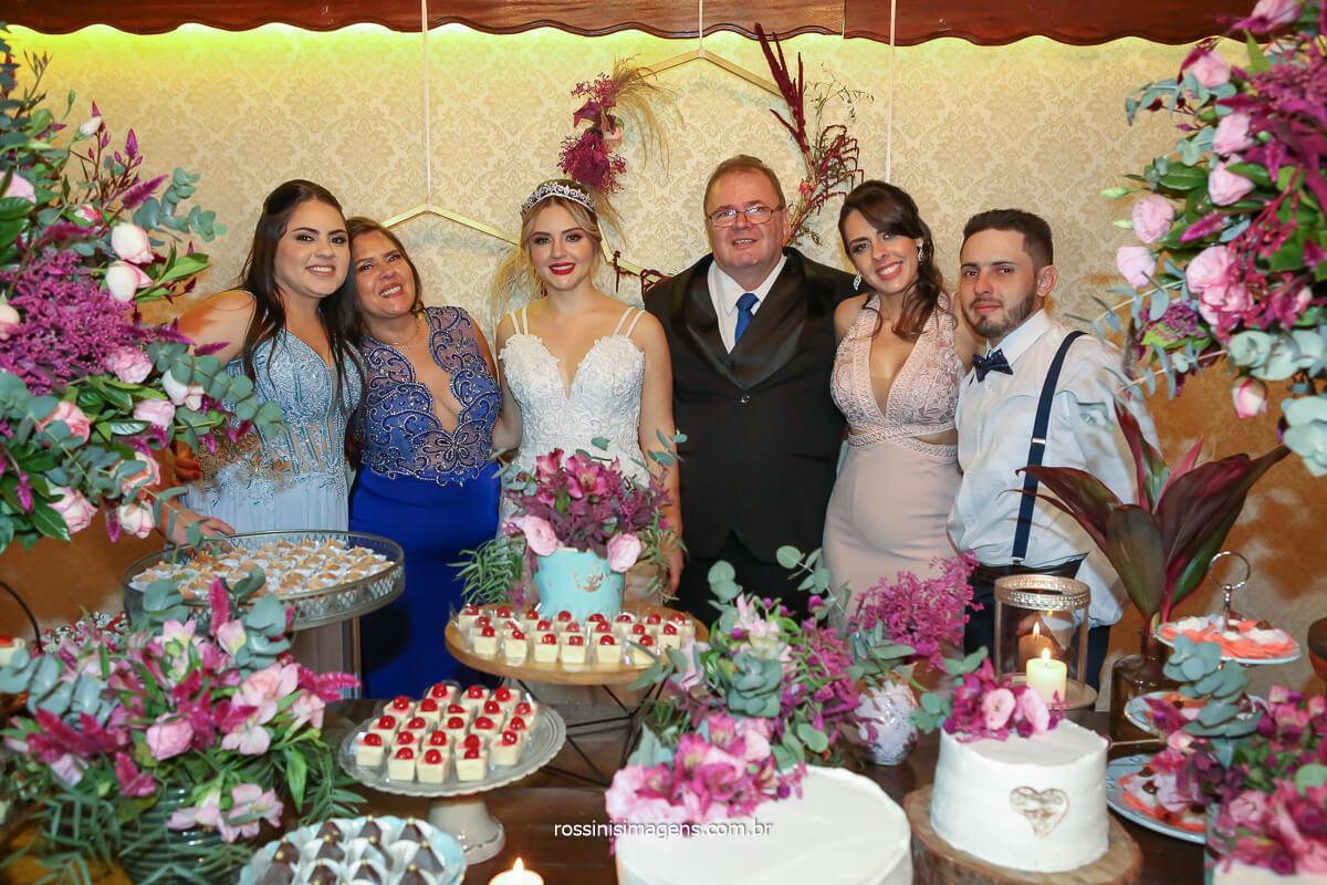 sessão de fotos com a família da noiva, irmã, mãe, noiva, pai, irmã e irmão, família Linda no casamento, @RossinisImagens