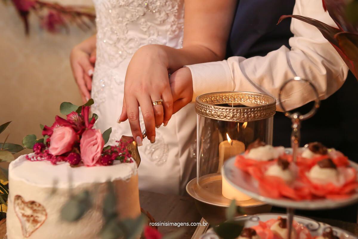fotografia do corte do bolo de casamento feito pela favorita oficial, bolo incrivel mente delicioso alem de espetacular apresentação rustica, delicada, e luxuosa, @RossinisImagens