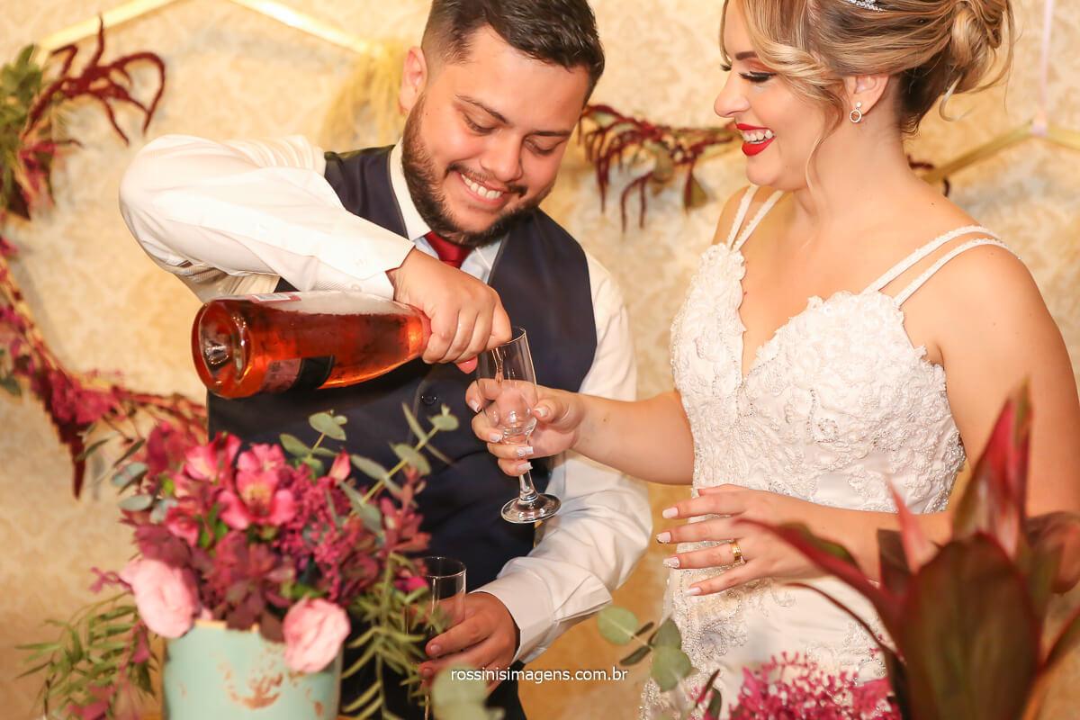 organização de casamento por Aline Mendonça Assessoria de casamento e eventos, noivos brindando na mesa do bolo,