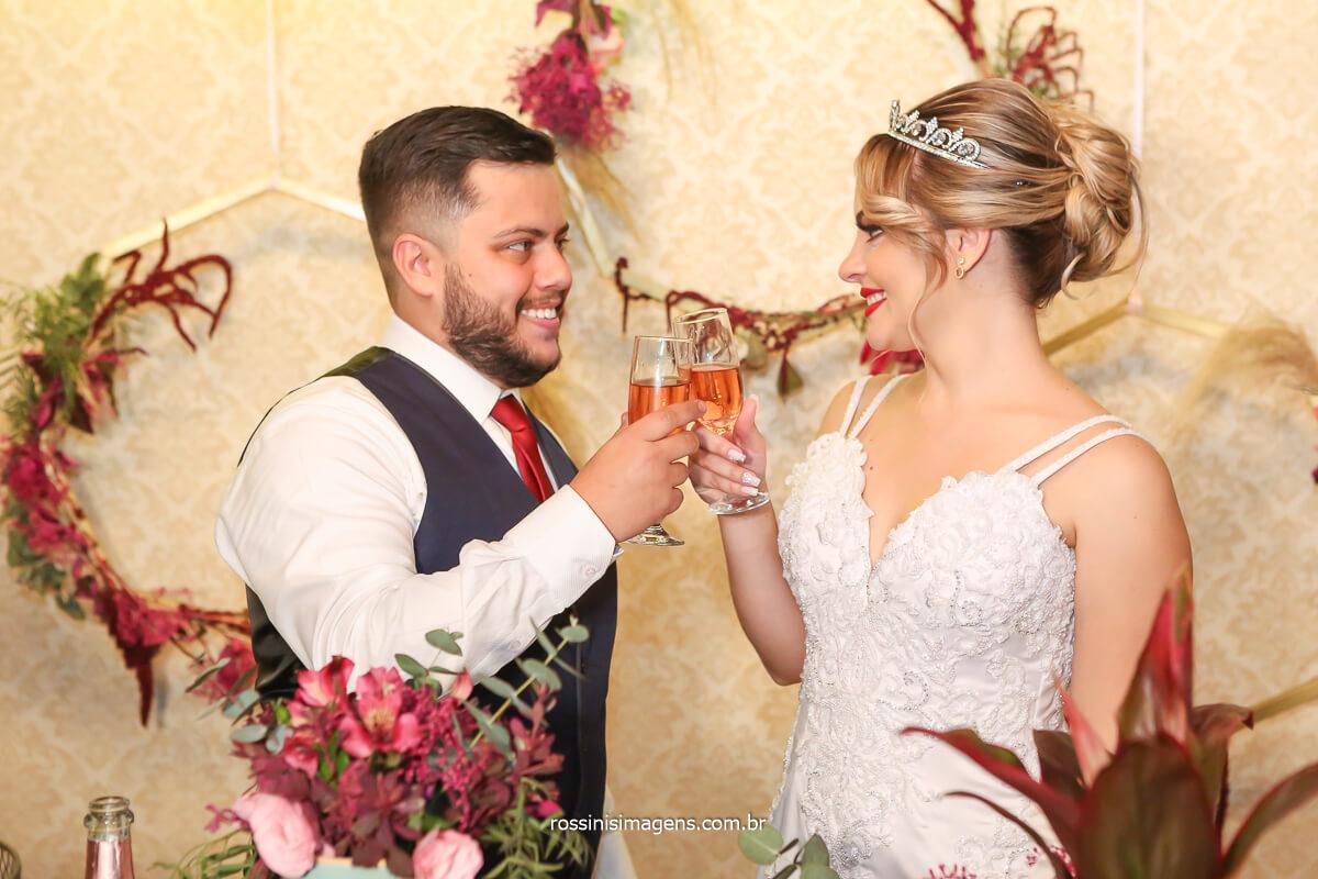 brinde dos noivos na mesa do bolo produzida pela flor de lótus decorações projeto especial para tayna e bruno, exclusividade @RossinisImagens