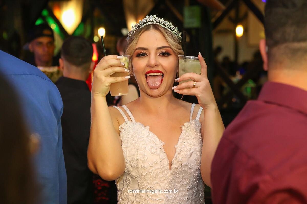 noiva feliz, noiva com drinques na mão mostrando a língua, @RossinisImagens
