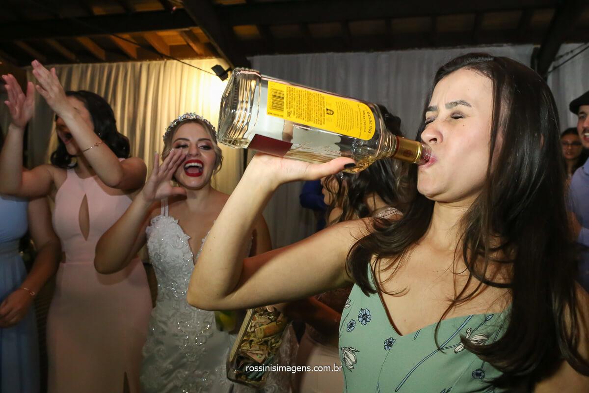 sapatinho da noiva, convidada tomando tequila na garrafa noite incrível, casamento top ao comanda da queridíssimo Aline Mendonça assessoria de Casamento!