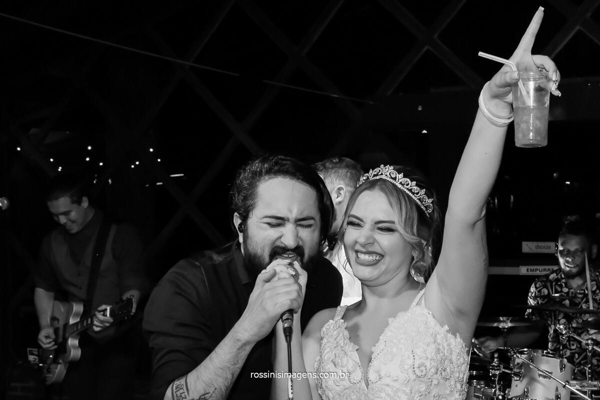 noiva que curte a festa de casamento de verdade, dança no palco e canta com a banda. Tayna e Bruno Casa da Arvore em mogi das cruzes, Aline Mendonça Assessoria, @RossinisImagens , Banda Back Mountop