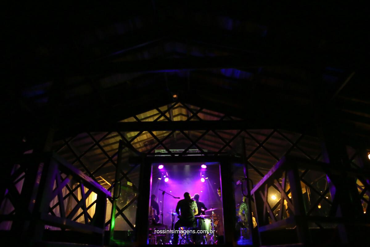 banda de casamento tocando no palco Back Mountop na casa da arvore em mogi das cruzes