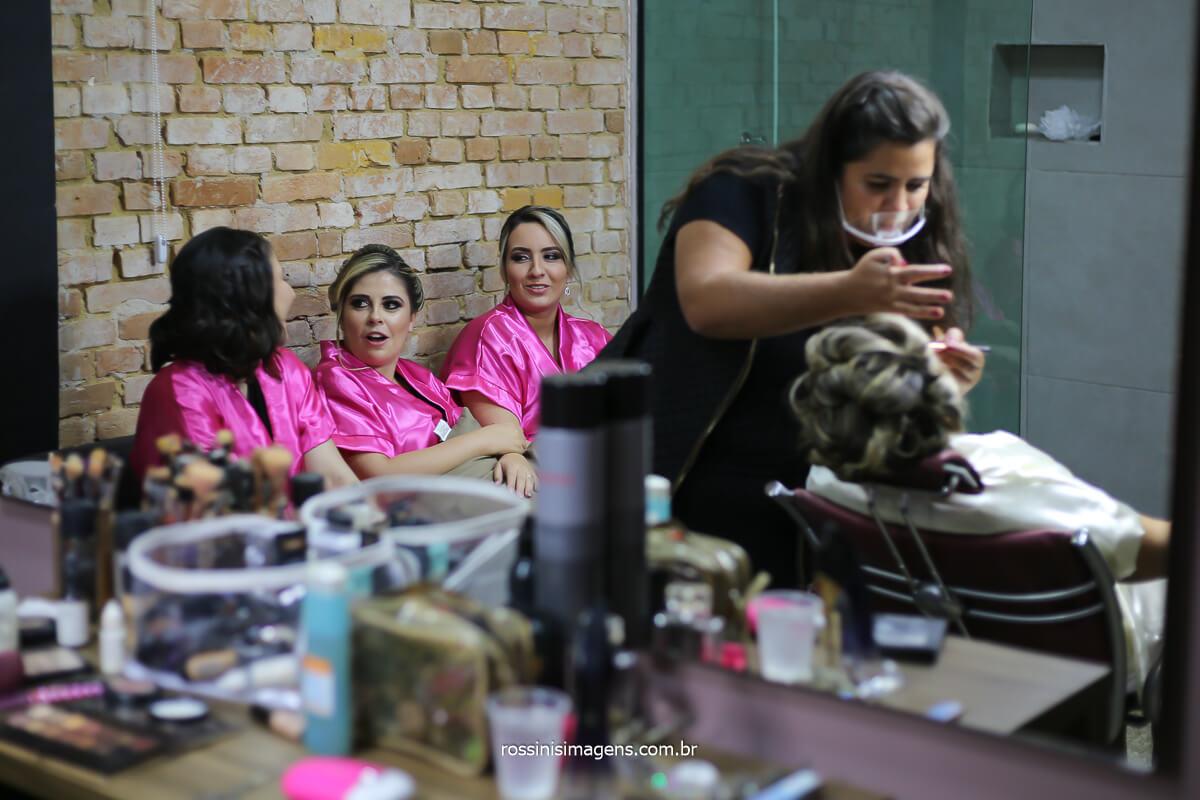 maquiagem da noiva, dia da noiva, madrinhas ao fundo de robe personalizado rosa, @RossinisImagens