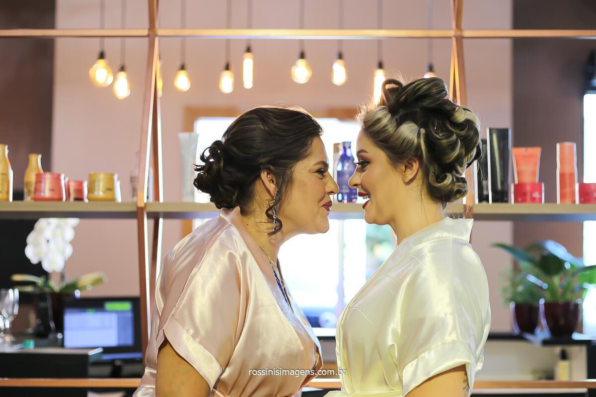 mãe e noiva no making of dia da noiva, em mogi momento de emoção e muito alegria quando a mãe olha no fundo dos olhos e nos passa segurança e afeto!