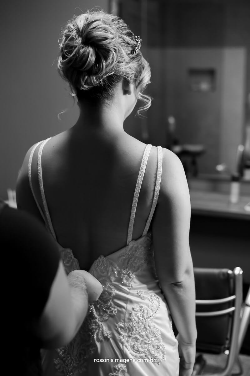 aquele momento sublime da contagem regressiva, fechando o vestido da noiva, minutos antes do casamento