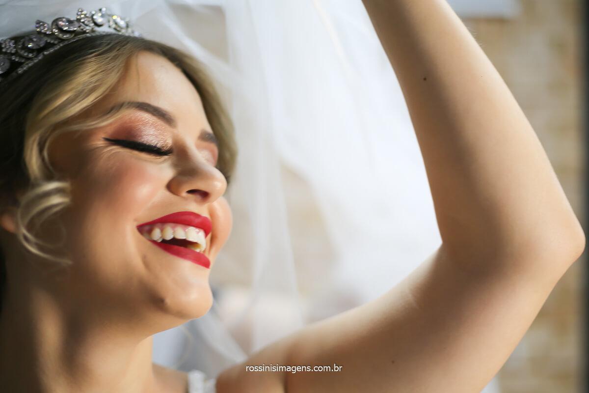 alegria e felicidade traduzida em um lindo sorriso da noiva maquiada e realizada no dia do casamento! @RossinisImagens