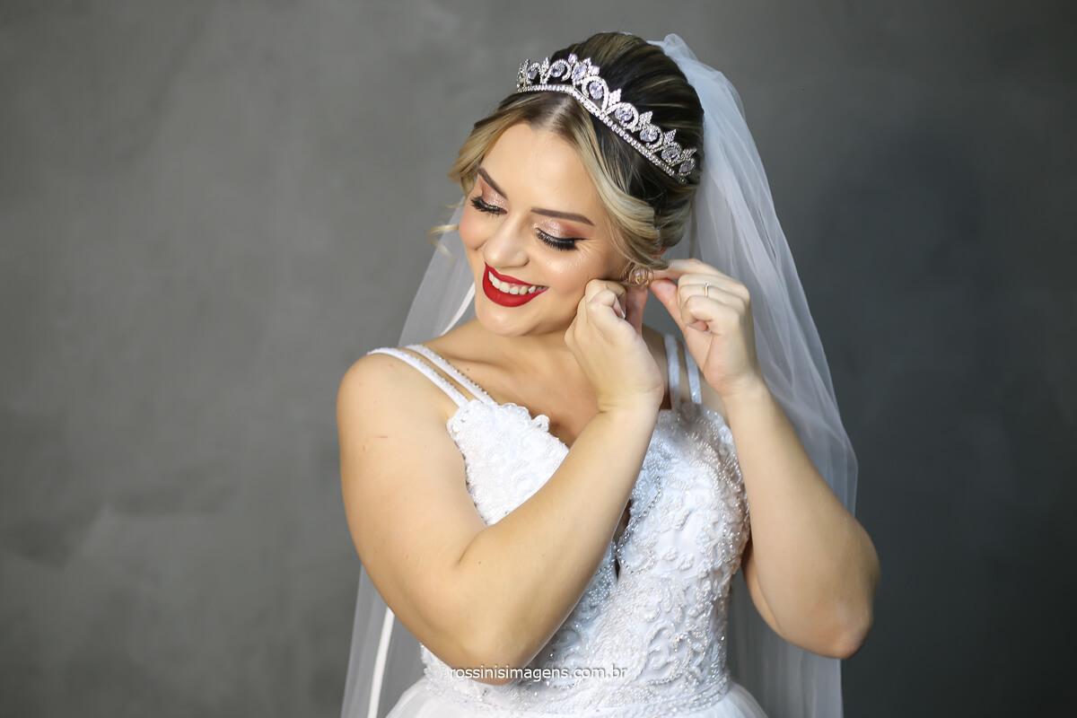 noiva colocando o brindo, vestido de noiva branco bordado feito amão pela Silvia Daniele Atelier