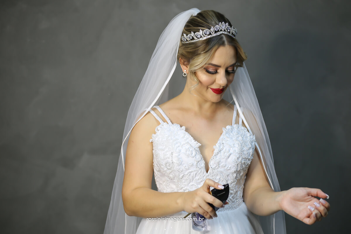 noiva passando perfume luxo Golden Girl Carolina Herrera Parfum