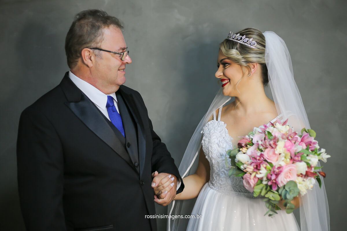 pai da noiva segurando a mão da noiva no making of e pai e filha se olhando, que de mais, incrivelmente emocionante! @RossinisImagens