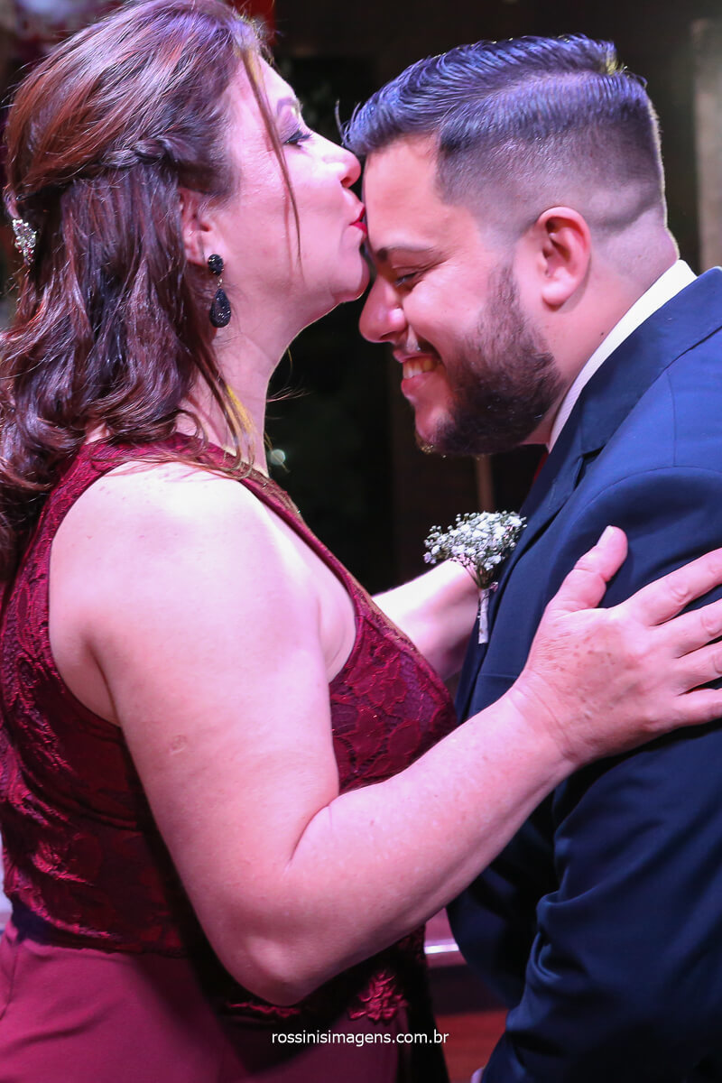 mão beijando a testa do noivo apos conduzir ele ao altar, momento magico que o casamento e capaz de proporcionar! @RossinisImagens