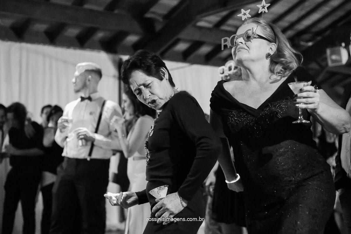 convidados dançando muito no casamento com a banda back mountop show incrível aparte