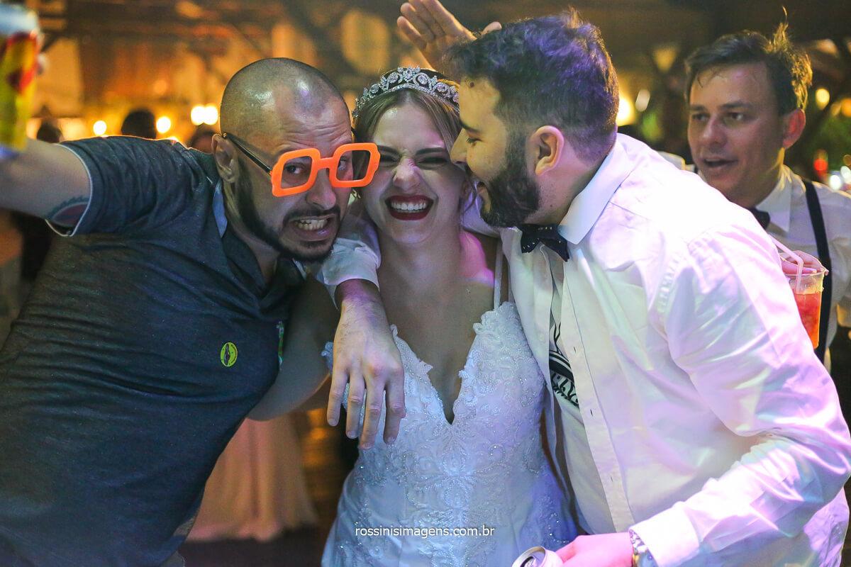 noiva soltando a voz na pista de dança cantando todas, noiva fã da banda de casamento back mountop