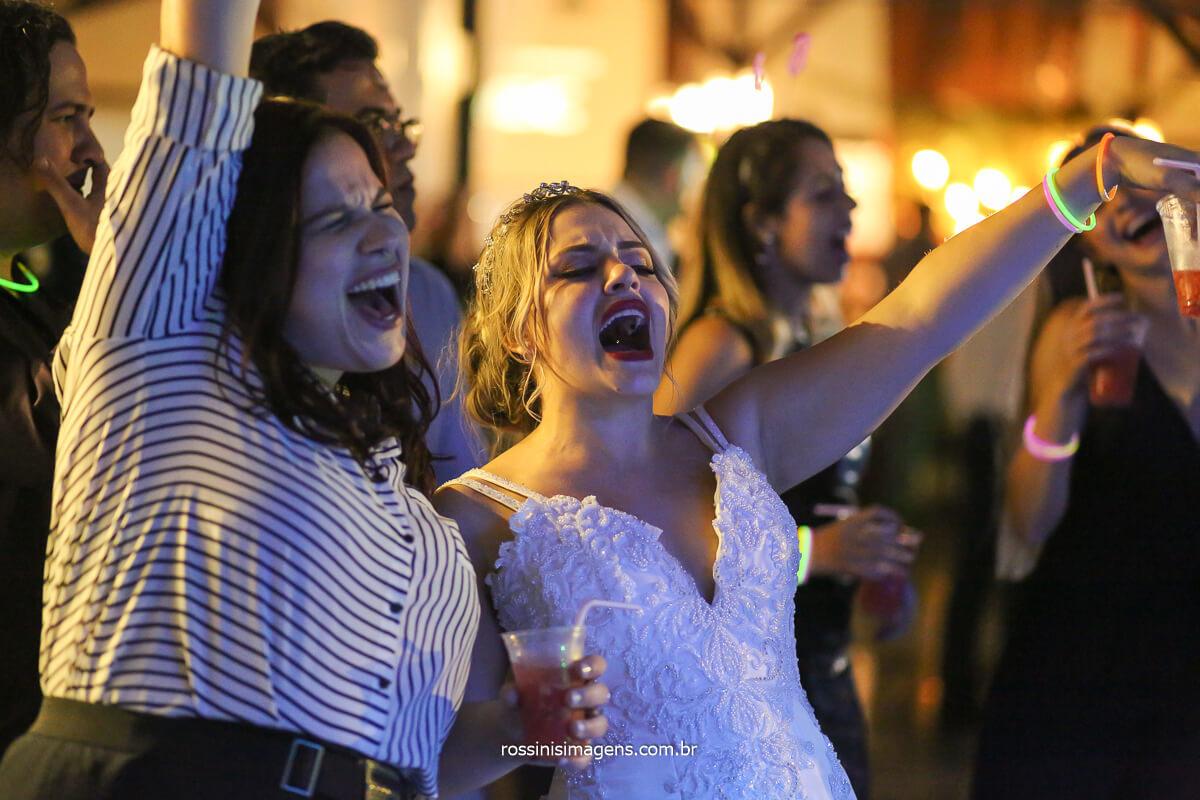 cantando com a banda back mountop no casamento, tayna e bruno soltando a voz, @RossinisImagens