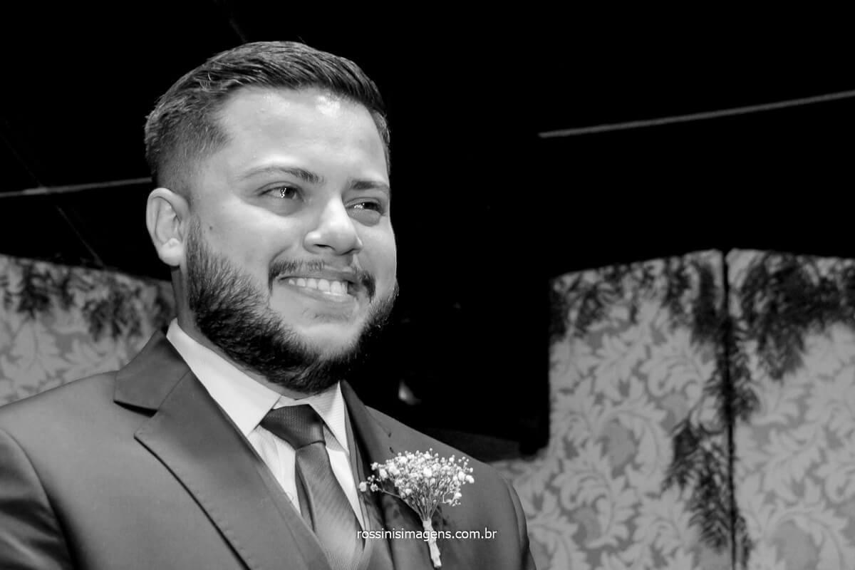 noivo que se emocionam na entrada da noiva como não se emocionar com esse momento, quando estamos lá fazemos parte da família a alegria deles é a mesma que a nossa, buscado um único resultado, @RossinisImagens