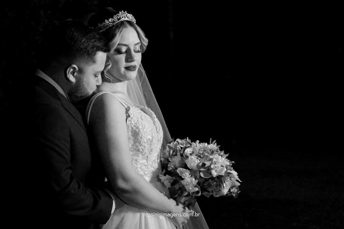 noivo abraçado com a noiva em uma linda fotografia preto e branco realçando o momento do casal! @RossinisImagens