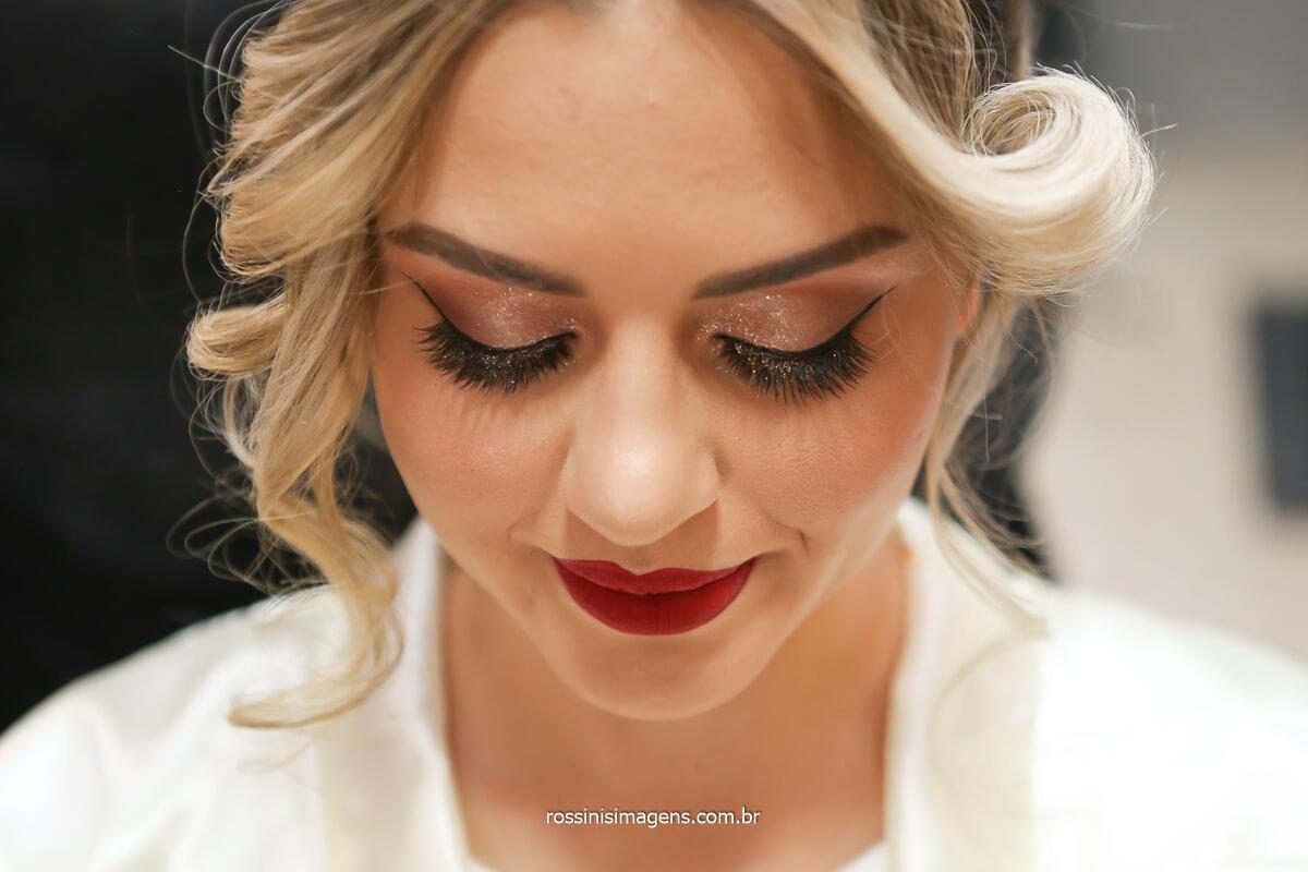 detalhes da maquiagem, make up Aline Christina make & hair, noiva realizada com batom maquiagem, cílios alongados e uma pele de princesa, Julio Bravin @RossinisImagens