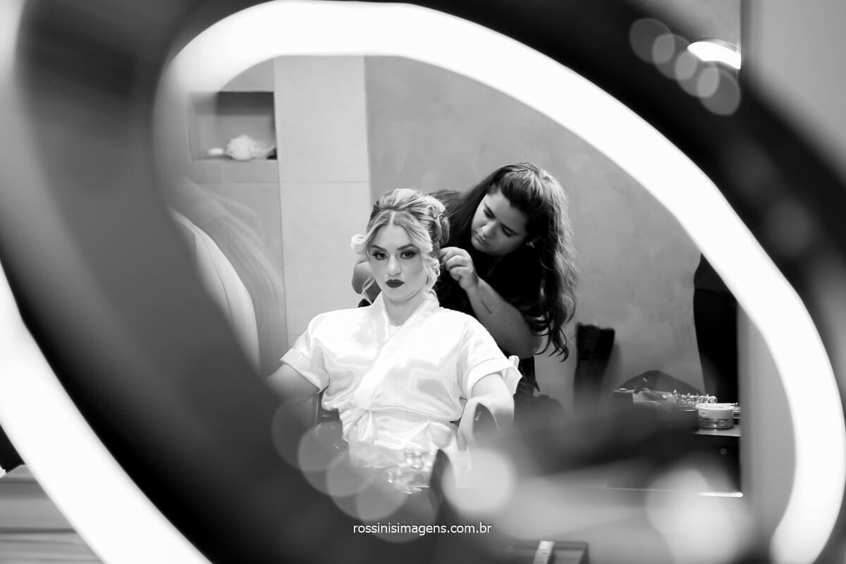 Aline Christina Make up & Hair montando o penteado da noiva fotografia através das lentes de rossins imagens fotografo de casamento, @RossinisImagens