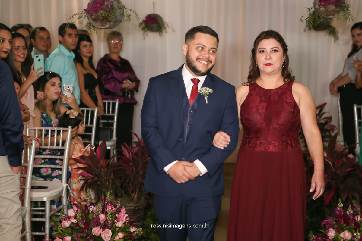 entrada emocionante e muito linda do noivo com a mão juntos pelo tapete de cortejo do cerimonial de casamento! @RossinisImagens