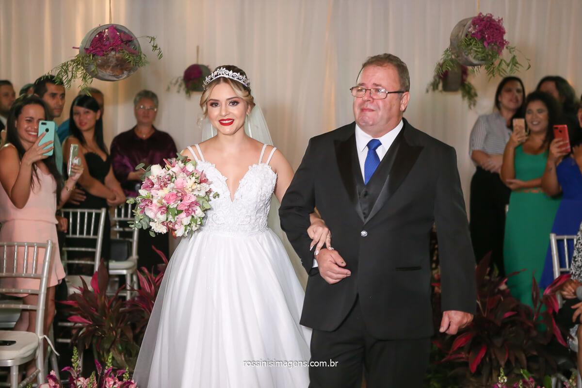 aquele momento que o noivo chora e emociona a todos com a entrada da noiva junto ao seu pai no tapete encantado por fotos de casamento incrível