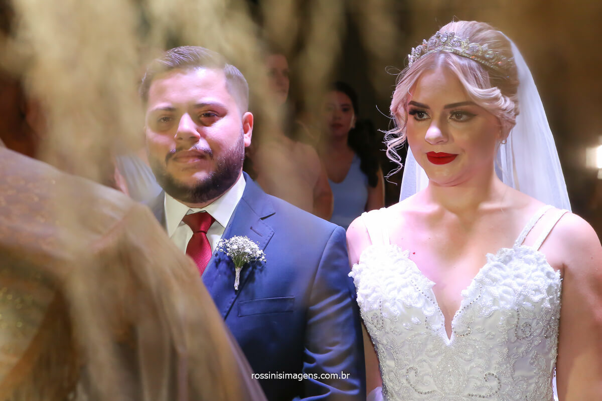 noivos concentrados no cerimonial do padre dimas sabias palavras para o casal inspiração! @RossinisImagens